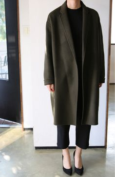All black outfit with olive overcoat. Minimal Fashion, Work Fashion, Fashion Outfits, Minimal Style, Mode Style, Style Me, Wool Overcoat, Normcore, Street Style
