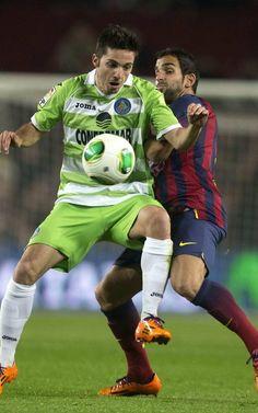 FC Barcelona | El defensa del FC Barcelona Martín Montoya lucha un balón con Pablo Sarabia.| FC Barcelona 4-0 Getafe. | [08.01.14]