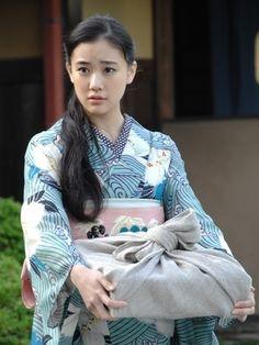 Japanese famous actress, Yu Aoi,her kimono style is very very nice! Traditioneller Kimono, Moda Kimono, Blue Kimono, Kimono Style, Traditional Kimono, Traditional Dresses, Kimono Tradicional, Kimono Pattern, Japan Girl