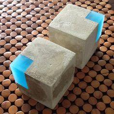 Sujetalibros moderno de hormigón y resina. Juego de por erinalthea