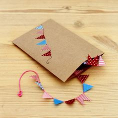 a card with a mini bunting string in it ... so cute!  Mokkasin: ännu mer inbjudningar.