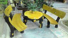 Bàn ghế giả gỗ màu vàng
