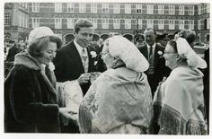 Bezoek van prinses Beatrix en prins Claus van Amsberg. Mevrouw Martina Groen, voorzitster van het Scheveningse Vrouwenkoor, bijgestaan door mevrouw Glazine Bal, biedt het bruidspaar originele Scheveningse omslagdoeken aan op het Binnenhof. 1966 ANP #ZuidHolland #Scheveningen