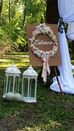 A koszorú nem csak az esküvői háttérben kaphat helyet. Az erdei esküvőnél a képzeletbeli bejárathoz helyeztük. Apró  virágai megszínesítették az erdei környezetet.