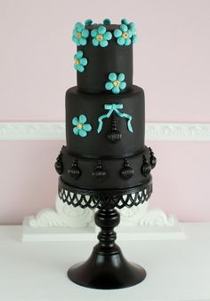 Turquoise Noir - Black chocolate cake decorated with turquoise and gold brooches made ​​of sugar and sugar puffs painted with edible glitter (Cakes Haute Couture).