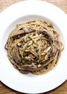Surpreenda com esse spaghetti integrale com filé mignon e cogumelos.