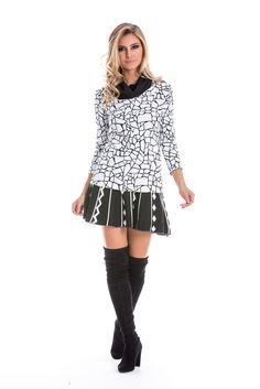 Saia de tricô preta, em modelagem godê e estampa geométrica preto e branco. Perfeita para um look charmoso de inverno.