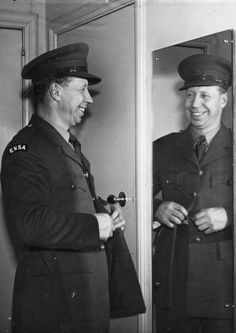 1940: British entertainer George Formby (1904 - 1961) in his ENSA (Entertainment National Services Association) uniform. (Photo by Hulton Archive/Getty Images)