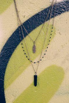 Fait à la main, style boho couches collier de pierres précieuses pour un look tendance et naturels. Une idée de cadeau parfait pour toute occasion! La couche courte a un petit pendentif plume, une autre chaîne combinée avec des perles en cristal véritable et long a gemstone Pendentif Agate noir. Toutes les couches sont reliées à un fermoir. Chaînes en laiton antique et conclusions + chaîne de cristal plaqué or. Bienfaits des pierres Agate noire: améliore la confiance en soi, le courage et…
