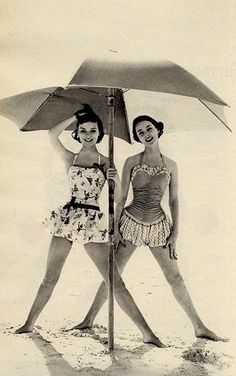 Love this retro skirted bathing suits. Wish I could find a pattern to make one! See more retro bathing beauties at coutureandcu. Moda Retro, Moda Vintage, Vintage Dior, Vintage Versace, Vintage Vogue, Retro Vintage, Vintage Fashion, Vintage Girls, Vintage Style