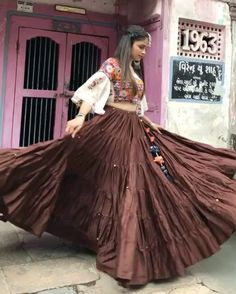 Tired skirts great option for 'gher ' Garba Dress, Navratri Dress, Lehnga Dress, Choli Blouse Design, Choli Designs, Lehenga Designs, Blouse Designs, Indian Skirt, Indian Dresses