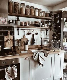 Home staging: 10 cheap tips to revamp your kitchen - My Romodel Cozy Kitchen, Country Kitchen, Kitchen Dining, Kitchen Decor, Black Kitchens, Home Kitchens, Italian Style Kitchens, Sweet Home, Hygge Home