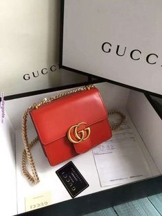 Find tips and tricks, amazing ideas for Gucci purses. Discover and try out new things about Gucci purses site Trendy Handbags, Gucci Handbags, Handbags Online, Purses And Handbags, Leather Handbags, Gucci Bags, Gucci Gucci, Leather Wallet, Classic Handbags