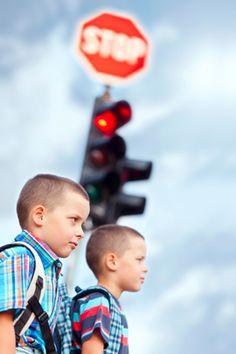 Jungen auf dem Schulweg
