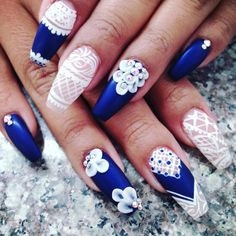 White #Flower Nails by Jade's #NailArt is featured for #ManicureMonday at http://blog.aquariann.com/search/label/manicure%20monday?max-results=3