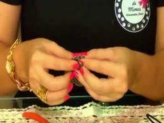 ''Assim que se faz'' um colar com penas e fio de couro