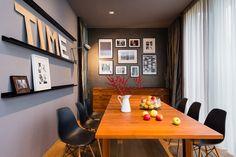 Na obývací pokoj navazuje jídelna s židlemi DSW od Vitry (10 759 Kč, Konsepti), dřevěnými písmeny (Nanovo) a obrazovou galerií složenou z dceřiných fotek, plakátů a vzpomínek z cest - ProŽeny.cz