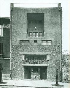 Casa tzara von Adolf Loos als Referenz zu dem neuen Eingang der Schweizerischen Botschaft