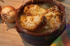 French onion soup, a distinctive and popular dish of classic France, is ideal for cold winter nights, deliciously hearty and much appreciatied at the table. Onion Soup, French Onion, Recipes From Heaven, I Foods, Nom Nom, Food And Drink, Pork, Yummy Food, Favorite Recipes