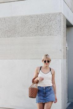 tifmys – Häkeltop: Mango   Jeansrock: Topshop   Schuhe: Birkenstock Arizona   Tasche: Staud Moreau   Sonnenbrille: Ray Ban Round Metal