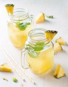 Recette Jus minceur pamplemousse ananas : Versez 125 ml de jus de pamplemousse et 60 ml de jus d'ananas dans chaque verre. Ajoutez quelques glaçons et remplissez d'eau minérale. Garnissez chaque verre d'un morceau d'ananas et d'une tige de menthe....