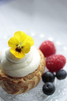 Éclairs N°88 mit essbaren Blüten_ foodstyling © Carolin Marboeuf _ foodfotografie © Vivi D'Angelo