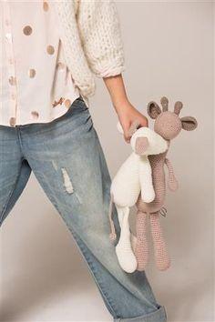 Gratis haakpatroon: PLUSH BEAR - Freubelweb - crochet and toys Giraffe Crochet, Crochet Baby Toys, Crochet Mouse, Crochet Patterns Amigurumi, Crochet For Kids, Amigurumi Doll, Diy Crochet, Knitted Dolls, Crochet Dolls