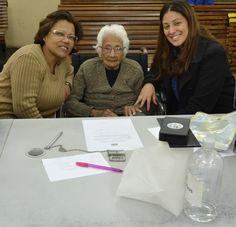 """102 anos de idade, 5 filhos, 9 netos, 13 bisnetos e 10 tataranetos e mesmo assim  Pedrolina tem disposição de sobra para praticar cidadania. Siga o exemplo dela, que foi ontem ao Poupatempo Sé tirar a 2ª via do RG. """"Uma mulher forte e guerreira"""", como dizem suas netas Neuza e Ariane."""