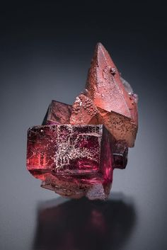 Fluorite and Calcite with Hematite - Pea Ridge Mine, Missouri, USA Size: 3.4 cm tall Minerals And Gemstones, Rocks And Minerals, Rock Collection, Mineral Stone, Beautiful Rocks, Quartz Stone, Rocks And Gems, Stones And Crystals, Gem Stones