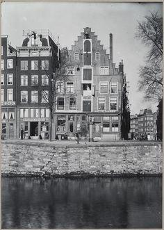 1940's. Singelgracht in Amsterdam. The Singelgracht is a canal in the center of Amsterdam that runs along the Nassaukade, Stadhouderskade and Mauritskade and surrounds the center of Amsterdam. Photo  Rijksdienst voor het Cultureel Erfgoed. #amsterdam #1940 #singelgracht