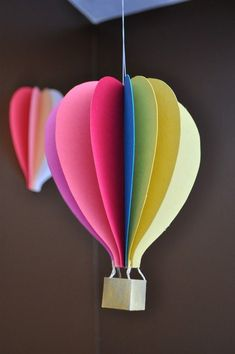 Papercraft Hot Air Balloon Mobile Tutorial could also make hot air balloons from pretty paper and make into a garland. Crafts To Do, Craft Projects, Crafts For Kids, Arts And Crafts, Diy Ballon, Paper Mobile, Origami Mobile, Balloon Crafts, Balloon Ideas
