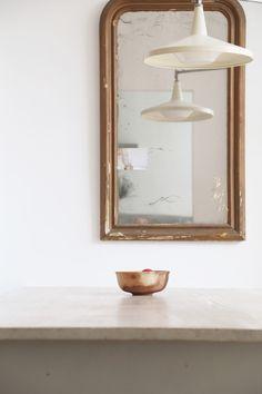 Un ancien miroir en trumeau accroché au mur