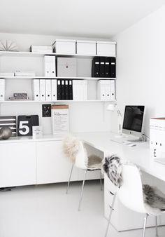Kleines Büro in weiß.