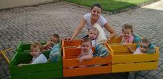 Com caixas de madeira, professoras criam trenzinho para estimular bebês