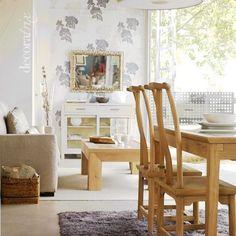 Salón comedor con muebles de distintas maderas