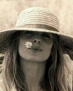 """""""Quero me encantar mais vezes. Admirar mais vezes. Quero fazer meu coração arrepiar mais frequentemente de ternura diante de cada beleza revista ou inaugurada. Quero sair por aí de mãos dadas com a criança que me habita, sem tanta pressa. Devolver um brilho maior aos olhos, aos dias, aos sonhos..."""" [Ana Jácomo]"""