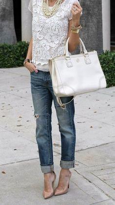 Diese Kombination aus einer Weißen Kurzarmbluse aus Spitze und Dunkelblauen Boyfriend Jeans mit Destroyed-Effekten fällt genau aus den richtigen Gründen auf. Fühlen Sie sich mutig? Wählen Sie Hellbeige Leder Pumps.