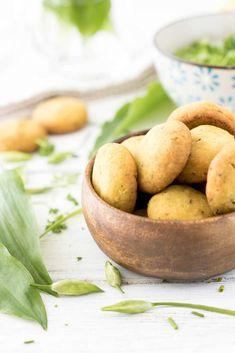 Das glutenfreie Rezept ist mal ein andere Möglichkeit, um Bärlauch zu genießen. Zum Bärlauch-Gebäck passt natürlich super ein leckerer Kräuterquark Dip.