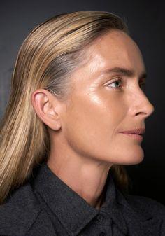 Für ein strahlend junges Aussehen braucht es keine OP, sondern nur die richtige Schminktechnik. Hier die besten Tricks für ein Glow-Make-up! #makeup #schminken #glow #jüngeraussehen #glowmakeup