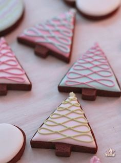 Galletas - Cookies - Love these Christmas tree cookies by Sweetopia. Next year!