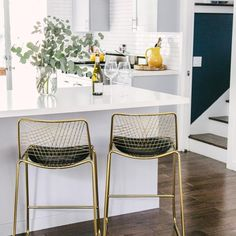 Brass Bar Stools, Woven Bar Stools, White Bar Stools, Bar Stools With Backs, Counter Bar Stools, Apartment Kitchen, Kitchen Interior, New Kitchen, Kitchen Decor