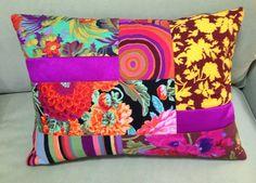 Com um ar exótico e delicado, essa almofada é ideal para tornar o sofá mais aconchegante e as tardes mais coloridas!