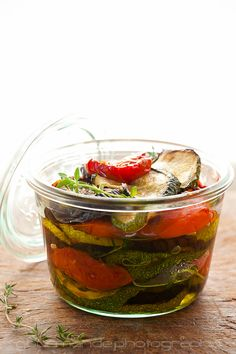 Marinated Roasted Eggplant, Zucchini and Tomatoes with Garlic and Thyme in a jar -- keeps vegetables fresh for several weeks Vegetable Dishes, Vegetable Recipes, Vegetarian Recipes, Cooking Recipes, Healthy Recipes, Cooking Tips, Zucchini Aubergine, Marinated Vegetables, Marinated Tomatoes