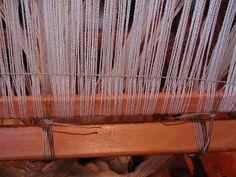 "Wolle Natur Farben : ""Rezept"" für kleine gewebte Wolldecken Plaids Teil 2 Home Decor, Wool Quilts, Woven Chair, Loom, Natural Colors, Cardboard Paper, Weaving, Wool, Chain"