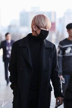 Read 16 from the story Mine by taestful (peachy ⋆ˊˎ) with reads. Jungkook dragged Taehyung inside with Jimin who was quickly trail. Vlive Bts, Bts Bangtan Boy, Jimin, Bangtan Bomb, Bts Airport, Airport Style, Airport Fashion, Kpop Fashion, Unisex Fashion