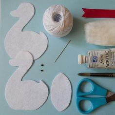 ИЗ ФЕТРА. МК и выкройки. Felt Crafts, Fabric Crafts, Diy And Crafts, Crafts For Kids, Paper Flowers Craft, Felt Flowers, Flower Crafts, Felt Fabric, Fabric Dolls