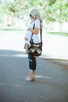 Great boyfriend jeans (minus the maternity part). Such a cute outfit but also so simple and a great summer look. What is it about the summer that makes us crave simplicity?