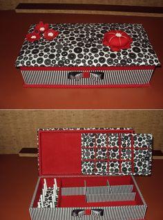 caixa de costura para minha nora Maria José, em tecido branco,preto e vermelho, com divisórias internas