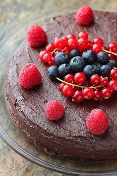 Chocolate cake with strawberries without baking