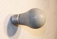 Knagger av sement, laget på gamle lyspærer http://apenthus.blogspot.no/2011/09/sds-betongknagger-diy-concrete-hooks.html
